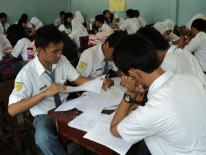 Pembelajaran di SMA Negeri 3 mengutamakan pembelajaran kooperatif dengan memperbanyak diskusi dan presentase